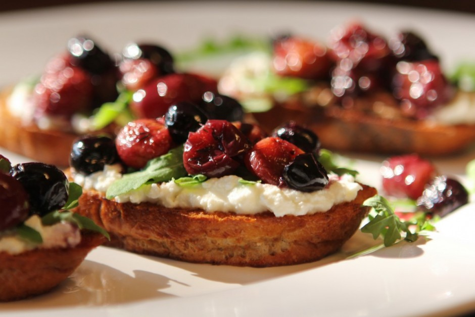Roasted Balsamic Grape Crostini with Ricotta and Arugula | BaconFatte.com