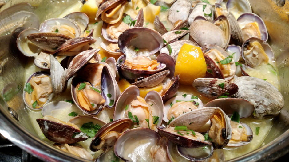Steamed Clams with White Wine, Garlic and Butter | BaconFatte.com